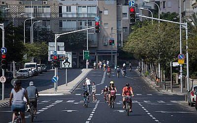 Les Israéliens font du vélo dans les rues vides de Tel Aviv, à Yom Kippour, le 19 septembre 2018 (Crédit : Miriam Alster/Flash 90)
