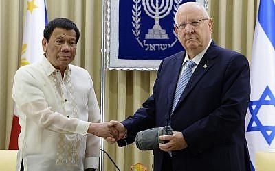 Reuven Rivlin (à droite) et le président des Philippines, Rodrigo Duterte, à Jérusalem, le 4 septembre 2018 (Crédit : Mark Neyman/GPO).
