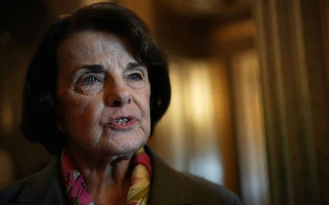 La sénatrice Dianne Feinstein (démocrate de Californie) s'adressant aux journalistes à Washington, le 15 février 2018. (Alex Wong / Getty Images via JTA)