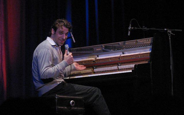 Le musicien canadien Chilly Gonzales en concert au Théatre National de Montreal, au Canada, en 2005. (Crédit : Wikimedia/CC BY-SA 2.0)