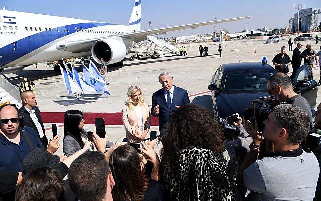 Le Premier ministre Benjamin Netanyahu parle aux journalistes sur le tarmac de l'aéroport Ben Gurion avant d'embarquer pour New York, le 25 septembre 2018 (Crédit : Avi Ohayun/GPO)