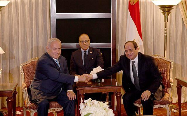 Benjamin Netanyahu serre la main du président égyptien Abdel Fatah el Sissi, le 26 septembre 2018, à la résidence égyptienne à New York (Crédit : Avi Ohayon/GPO)