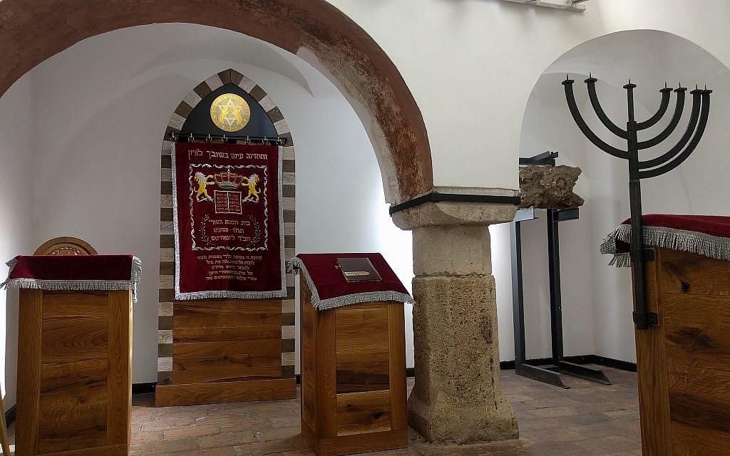 L'intérieur de la synagogue médiévale, qui accueillera la nouvelle congrégation du rabbin Asher Faith. Une nouvelle arche, une nouvelle estrade et d'autres meubles ont été ajoutés (Crédit :Yaakov Schwartz/ Times of Israel)