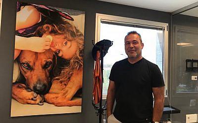 Zvi Frank, ancien pilote de l'armée israélienne et directeur général de la start-up Zemingo, à son bureau de Herzliya, le 20 août 2018 (Crédit : Shoshanna Solomon; Times of Israel)