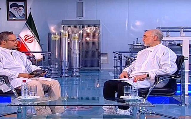 Capture d'écran d'une séquence vidéo d'Ali Akbar Salehi, chef de l'agence nucléaire iranienne, (à droite) et de trois centrifuges d'enrichissement en uranium en arrière plan. (Crédit : YouTube)