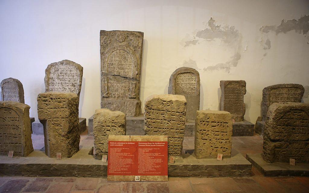 Des stèles juives du Moyen-Age à la synagogue médiévale de Budapest. (Autorisation : Gabor Mayer)