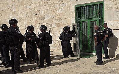 Des policiers se trouvent à l'extérieur de la mosquée Al-Aqsa lors des affrontements qui ont suivi les prières du vendredi après-midi dans l'enceinte du Mont du Temple, dans la Villeille Vieille de Jérusalem, le 27 juillet 2018. (Porte-parole de la police)