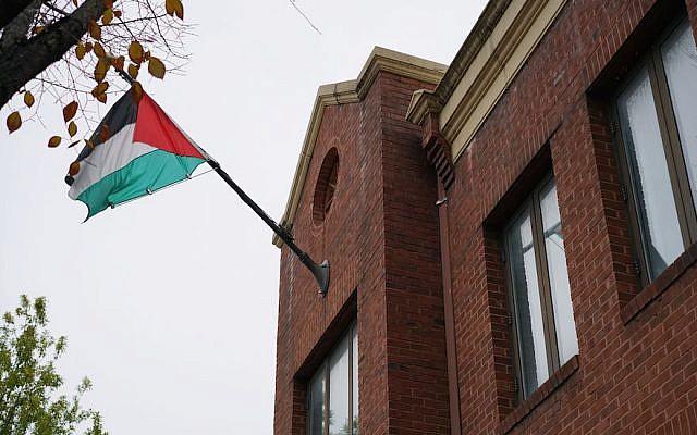 Le drapeau palestinien sur les bureaux de l'Organisation de libération de la Palestine à Washington, DC, en novembre 2017 (Crédit : Mandel Ngan/AFP/Getty Images via JTA)