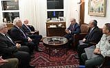 Le Premier ministre Benjamin Netanyahu rencontre le représentant spécial américain pour les Affaires syriennes James Jeffrey à Jérusalem, le 2 septembre 2018 (Crédit :  Amos Ben-Gershom/GPO)