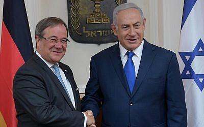 Le ministre du Land de Rhénanie-du-Nord-Westphalie Armin Laschet et le Premier ministre israélien Benjamin Netanyahu, à Jérusalem, en septembre 2018 (Crédit : Amos Ben-Gershom/GPO)