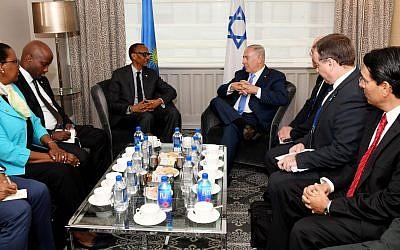 Le Premier ministre Benjamin Netanyahu, à droite, rencontre le président rwandais  Paul Kagame, à gauche, à New York, le 27 septembre 2018 (Crédit : Avi Ohayon/GPO)