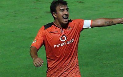 Le joueur de football né en Argentine Perdo Galvan joue pour le club Bnei Yehuda, le 19 septembre 2015 (Crédit : CC BY-SA Botend, Wikimedia Commons)