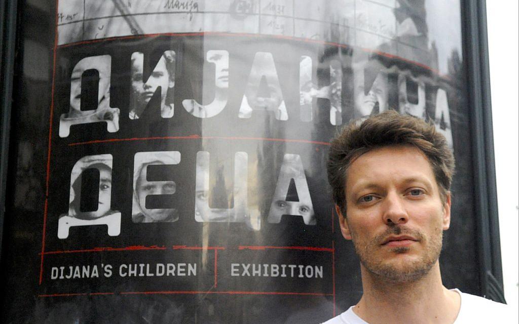 """Ivan Mangov, concepteur de l'exposition """"Diana's Children's Holocaust"""" au musée du ministère de la Défense de Serbie à Belgrade, juin 2018. (Larry Luxner/Times of Israel)"""