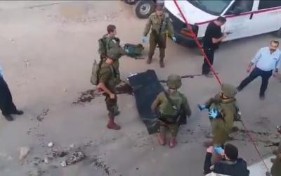 Des soldats israéliens répondent à une tentative d'attaque à l'arme blanche dans l'implantation de Kiryat Arba en Cisjordanie, près de Hébron, le 3 septembre 2018. (Capture d'écran/Twitter)