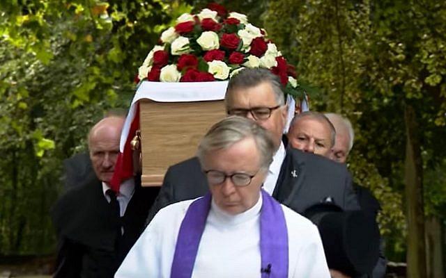 Le cercueil portant les restes de Frank Le Villio au cours d'une cérémonie de ré-inhumation dans une église de  St. Helier, à Jersey, le 5 septembre 2018 (Capture d'écran : YouTube)