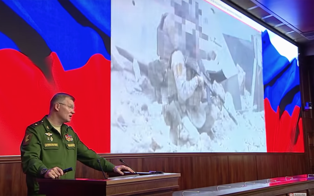 Le porte-parole du ministère russe de la Défense, le général Igor Konashenkov, lors d'un briefing sur la destruction d'un avion militaire russe Il-20 près de la Syrie, le 23 septembre 2018 (Capture d'écran : Russia Today)