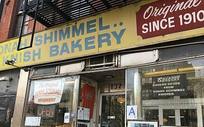 L'établissement Knish Bakery de Yonah Schimmel est l'un des rares points de repère juifs du Lower East Side de New York qui subsiste. (Crédit : Cathryn J. Prince/The Times of Israel)