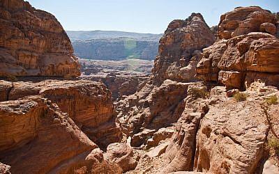 Une région montagneuse près de Petra, en Jordanie. (Crédit : Wikipedia/Antoine Taveneaux/CC BY-SA)
