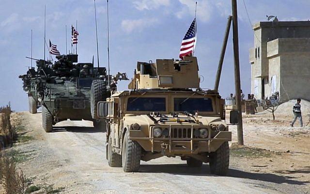 Ce mardi 7 mars 2017, une capture d'image vidéo montre une patrouille des forces américaines à la périphérie de la ville syrienne de Manbij, un lieu de tensions entre les troupes turques et les combattants syriens alliés et les combattants kurdes soutenus par les États-Unis, dans le village al-Asaliyah, province d'Alep, Syrie. (Crédit : Arab 24, via AP, File)