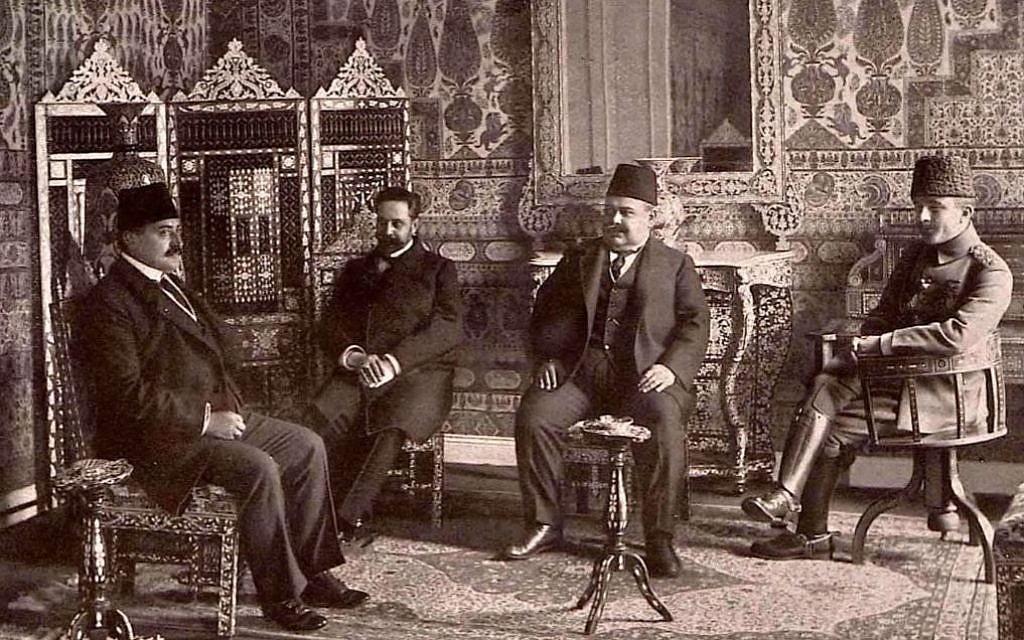 Mehmed Talaat Pasha, à gauche, avec Ismail Enver Pasha et le colonel turc Halil Sami Bey. (Crédit : autorisation university of Princeton Press)