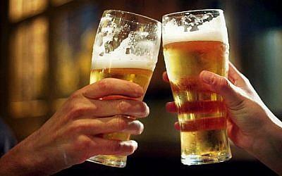 Photo d'illustration. Deux pintes de bière ( (Crédit : Wikimedia Commons via JTA)
