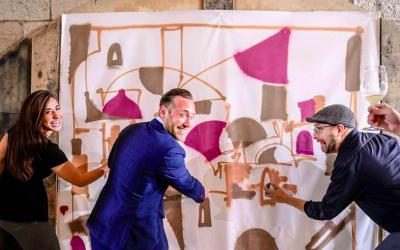 Des membres du Israel Innovation Fund, créant des œuvres d'art originales avec l'aide de l'artiste résident Solomon Souza (Avec l'aimable autorisation du TIIF)