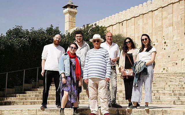 """Extrait de l'émission de télévision de la BBC """"Nous sommes des Juifs britanniques"""", [We Are British Jews], de gauche à droite : Joseph, Emma, Simon, Alan, Alan, Damon, Ella et Lilly debout sur les marches du Tombeau des Patriarches. (Lion TV/ Strahila Royachka)"""
