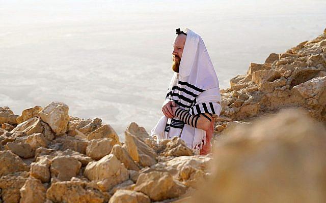 """Tiré de l'émission de télévision de la BBC """"Nous sommes des Juifs britanniques"""", [We Are British Jews], Joseph priant au sommet de Masada. (Lion TV/ Strahila Royachka)"""