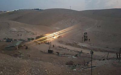 Les forces de sécurité israéliennes détruisent les conteneurs installés devant le village bédouin de Khal al-Amar, en Cisjordanie, le 13 septembre 2018. ( Crédit : COGAT)