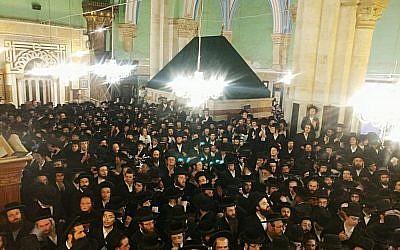 Des milliers de Juifs religieux visitent le lieu saint du Tombeau des Patriarches dans la ville de Hébron, en Cisjordanie, le 17 septembre 2018. (Armée israélienne)