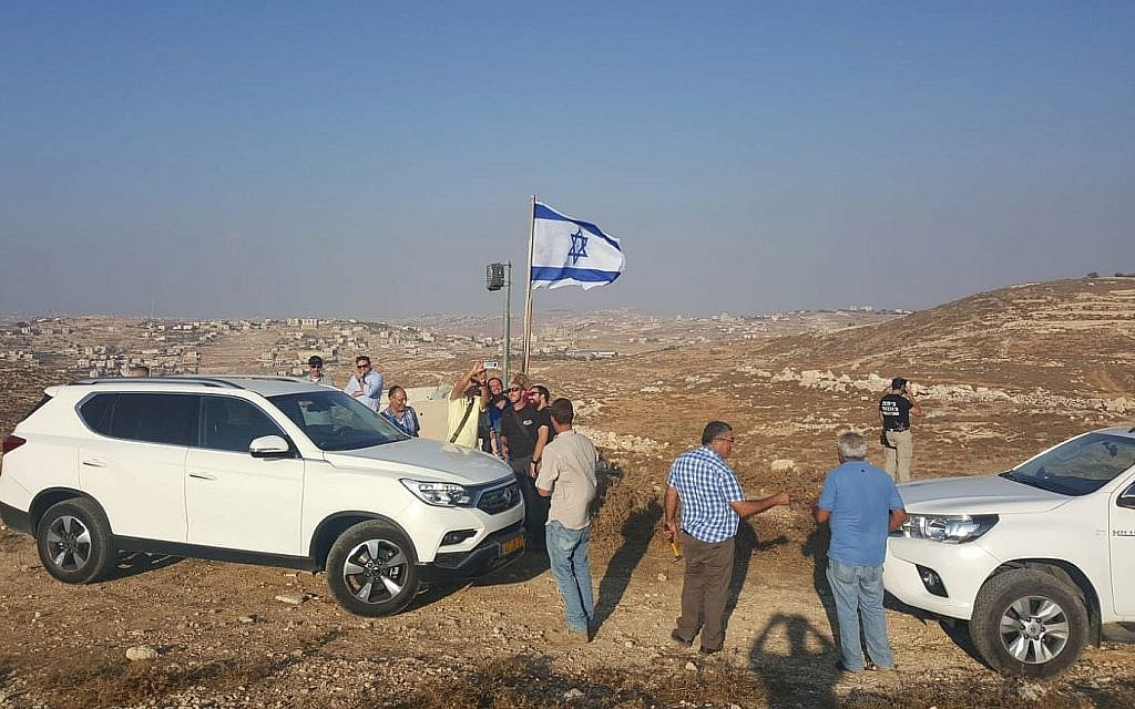 Des habitants d'implantations israéliens arrivent sur la colline d'Eitam, à proximité d'Efrat, pour établir un nouveau quartier suite au meurtre d'Ari Fuld, le 17 septembre 2018 (Crédit :Eliyahiv Kamchi)