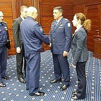 Le chef de l'armée de l'air israélienne Amikam Norkin, au centre-droit, rencontre des responsables russes à Moscou, le 20 septembre 2018 (Crédit : Armée israélienne)