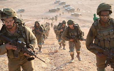 Des parachutistes participent à un exercice de simulation de la guerre avec l'organisation terroriste libanaise du Hezbollah, en septembre 2018. (Armée israélienne)