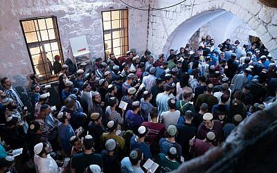 Des milliers de Juifs religieux pèlerinent sur le lieu saint de la Tombe de Joseph à Naplouse, en Cisjordanie, le 17 septembre 2018. (Armée israélienne)
