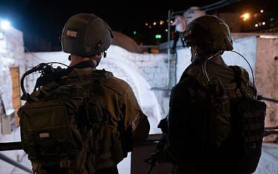 Des soldats israéliens assurent la sécurité alors que des milliers de Juifs religieux visitent le lieu saint du Tombeau de Joseph à Naplouse, en Cisjordanie, le 17 septembre 2018. (Armée israélienne)