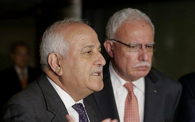 L'ambassadeur de l'Autorité palestinienne aux Nations unies, Riyad Mansour, à gauche, s'entretient avec des journalistes alors que le ministre palestinien des Affaires étrangères, Riyad al-Maliki, est présent en arrière-plan, le mercredi 26 septembre 2018. (AP Photo / Seth Wenig).