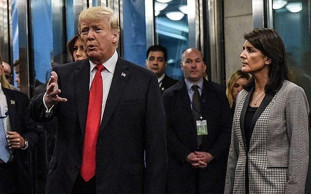 Le président américain Donald Trump s'adresse aux médias en compagnie de l'ambassadrice américaine aux Nations unies, Nikki Haley, à leur arrivée à l'Assemblée générale des Nations unies, le 25 septembre 2018, à New York. (Stephanie Keith / Getty Images / AFP)