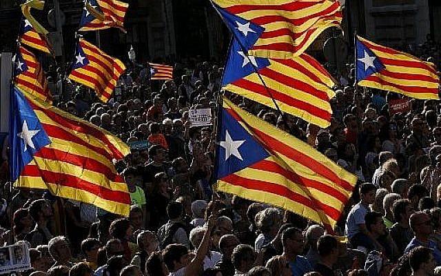 Lors d'une manifestation à Barcelone le 21 octobre 2017, des manifestants agitent des drapeaux catalans en faveur de l'indépendance. (AFP Photo / Pau Barrena)
