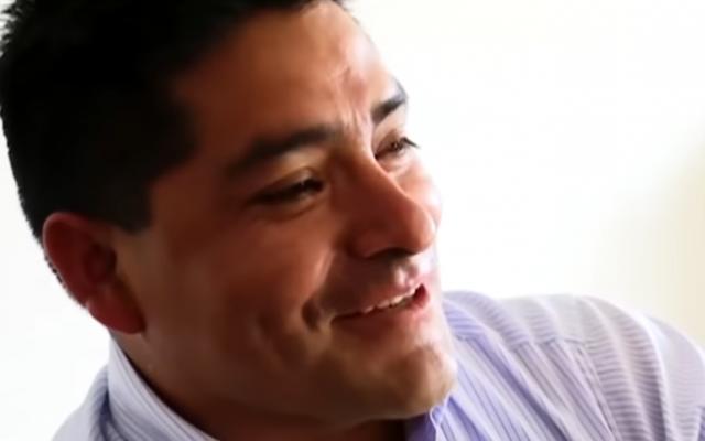 Le candidat à une mairie péruvienne Hitler Alba Sanchez (Capture d'écran : YouTube)