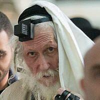 Le rabbin Eliezer Berland se couvre de son talit (châle de prière) au tribunal de première instance de Jérusalem, alors qu'il est jugé pour agression sexuelle, le 17 novembre 2016. (Yonatan Sindel/ Flash90)