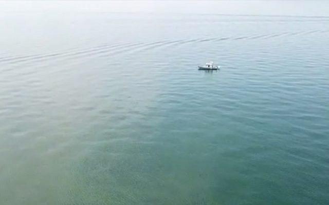 Un bateau recherche un nageur porté disparu, Moshe Shamir, 66 ans, originaire de Tel Aviv, le 15 septembre 2018 (Capture d'écran : Maariv Online)