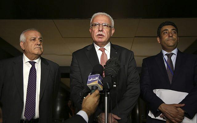 Le ministre des Affaires étrangères de l'Autorité palestinienne, Riyad al-Maliki, au centre, s'entretient avec des journalistes alors que l'ambassadeur palestinien aux Nations unies, Riyad Mansour, se tient à sa gauche, et le responsable palestinien Omar Awdallah se tient à sa droite, à New York, le mercredi 26 septembre 2018. (AP Photo / Seth Wenig)
