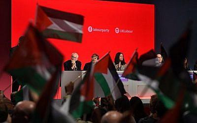 Les participants à la conférence du Parti travailliste à Liverpool ont brandi des drapeaux palestiniens lors d'un débat, le 25 septembre 2018, alors que le leader Jeremy Corbyn est installé à la tribune. (AFP Photo / Oli Scarff)