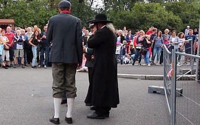 Un spectacle de rue municipal organisé à Prague le 2 septembre 2018, célébrant la nation tchèque avec un sketch qui se serait moqué d'un Juif orthodoxe en utilisant des stéréotypes antisémites (Capture d'écran /Facebook)