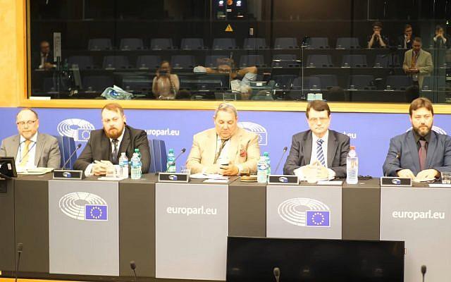 Mark Meechan (2e à gauche), qui a appris à un chien à faire le salut nazi, intervient lors d'une conférence de l'UKIP au Parlement européen. (Capture d'écran : YouTube)