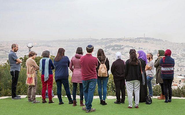 """Les participants au """"Salon des professeurs"""", un projet de coexistence qui rassemble des groupes d'enseignants juifs et arabes, sur un promenade qui surplombe Jérusalem. (Crédit Eyal Tagar)"""