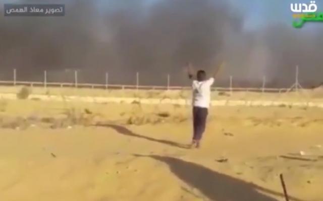 Une vidéo semble montrer un adolescent palestinien de 16 ans recevoir une balle alors qu'il a les mains en l'air à Gaza, le 6 septembre 2018 (Capture d'écran)