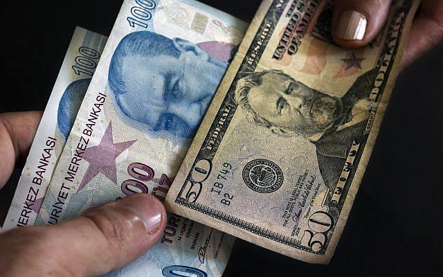 IIlustration : échanger des livres turques contre des dollars américains. (Crédit : iStock)