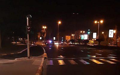 Deux adolescents sont dans un état modéré et grave respectivement après un délit de fuite sur le boulevard Rokatch de Jérusalem aux premières heures de la matinée de lundi (Crédit : porte-parole de la police)
