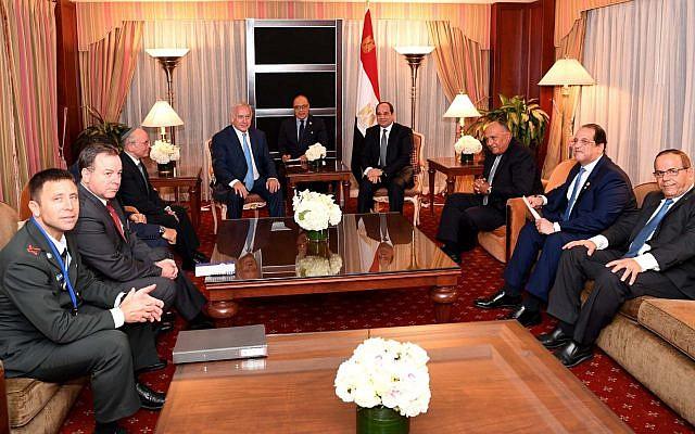 Le Premier ministre Benjamin Netanyahu rencontre le président égyptien Abdel-Fattah el-Sissi en marge de l'Assemblée générale des Nations unies à New York, le 27 septembre 2018. (PMO)